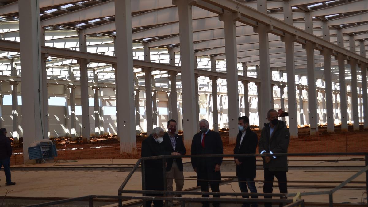 Visita a la planta de aluminio que se está ejecutando en polígono de San Román del Valle / E. P.
