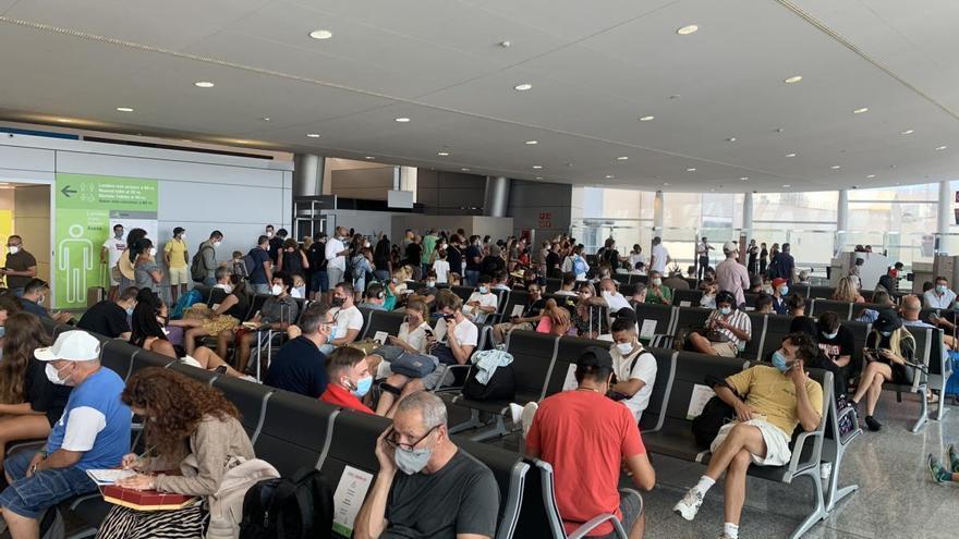 Denuncian aglomeraciones de pasajeros en el aeropuerto de Palma