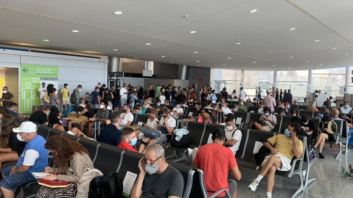 La aglomeración de pasajeros en Son Sant Joan por la concentración de vuelos