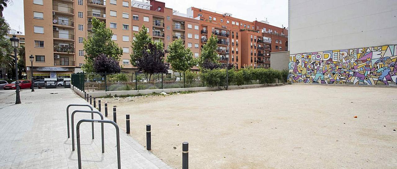 La parcela de la calle Salabert albergará finalmente el centro cívico de Patraix.   JOSÉ MANUEL LÓPEZ.