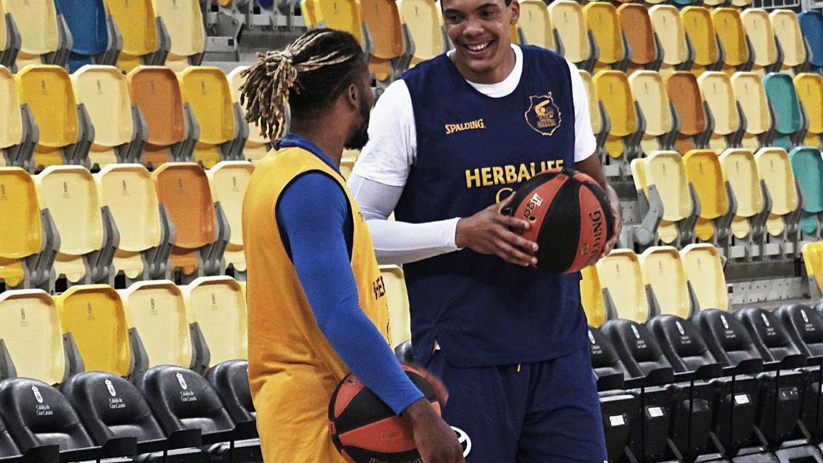 Jacob Wiley dialoga con Andrew Albicy durante el entrenamiento de ayer en el Gran Canaria Arena.