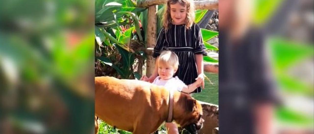 Anna y Olivia en una foto de archivo