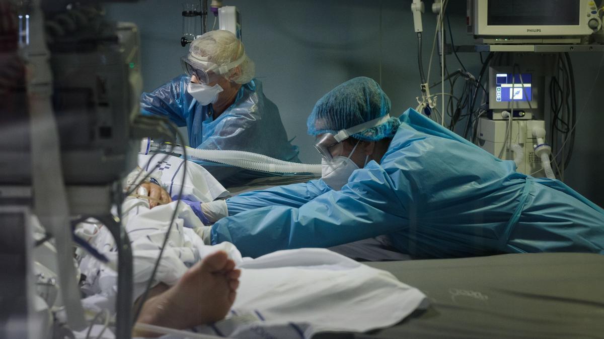 Tratamiento a un paciente de Covid- 19 en el Hospital de La Candelaria.