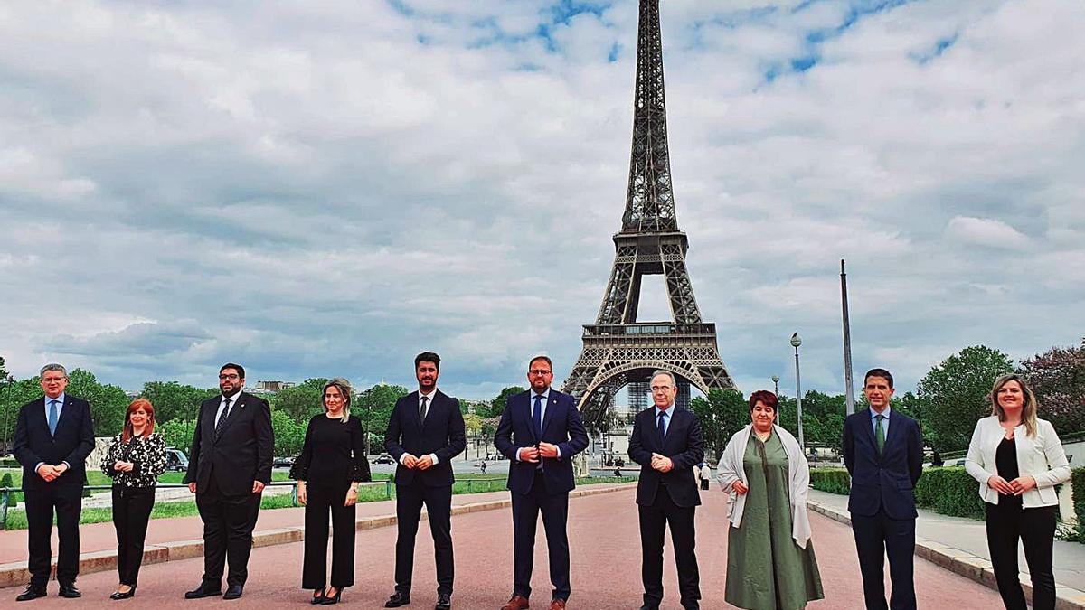El alcalde de La Laguna (5º por la izquierda), ayer en París. | | E.D.