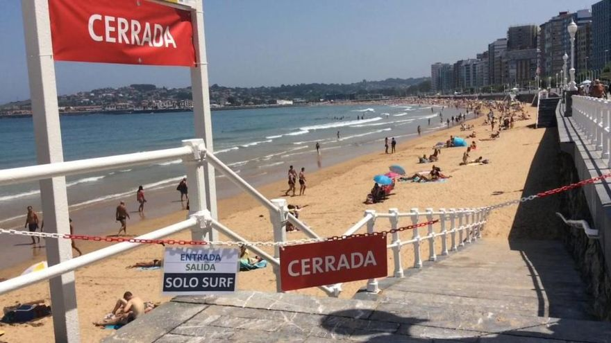 """La playa de San Lorenzo, hasta la bandera por la ola de calor: """"He visto más gente aquí que en Benidorm"""""""