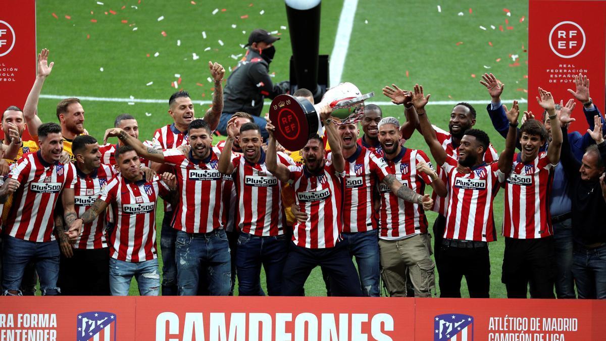 LALIGA SANTANDER | El Atlético de Madrid recibe la copa de campeón