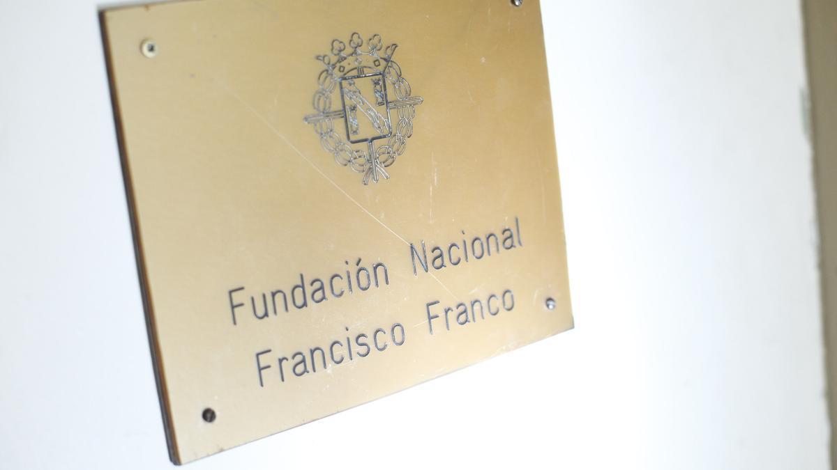 Detalle de la placa de entrada en la sede de la Fundación Francisco Franco.
