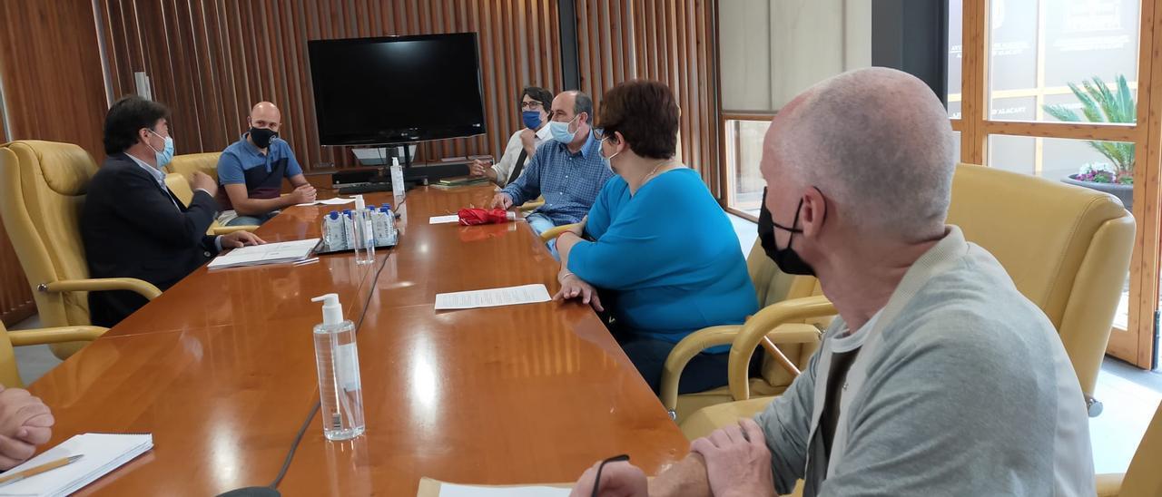 Un instante de la reunión entre el alcalde y representantes hosteleros de la Explanada.