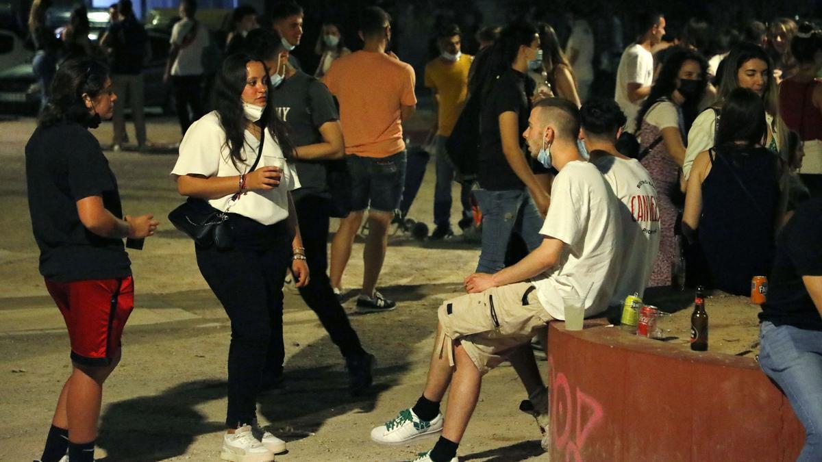Jóvenes de botellón en la Plaza Honduras.