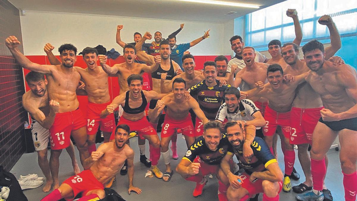 Els jugadors del  Llagostera celebrant  la victòria.  ue llagostera