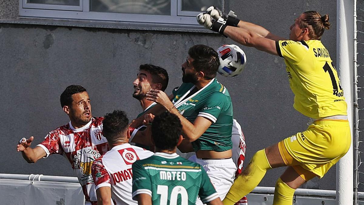 Andriu toca de cabeza ante la mala salida de Sarkauskas, para lograr el primer gol del Coruxo. |  // R. GROBA