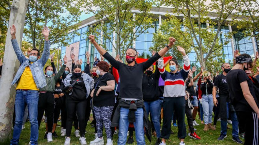 Vecinos de Vallecas denuncian violencia policial en una nueva concentración frente a la Asamblea de Madrid