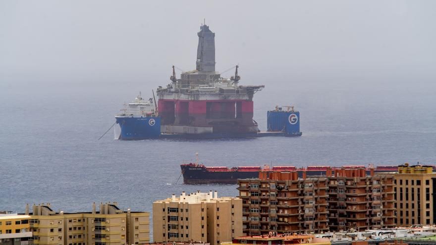 Una plataforma pasa por el Puerto de Las Palmas en un viaje de una punta a otra de Rusia