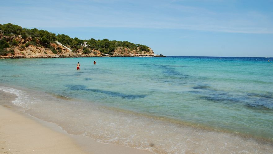 La policía desaloja parte de una playa de Ibiza