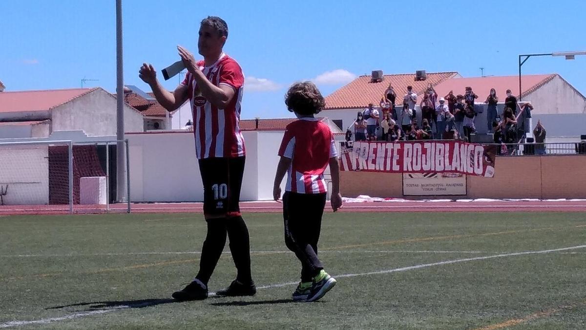 Neftalí, acompañado por su hijo, en el momento de decir adiós al fútbol.