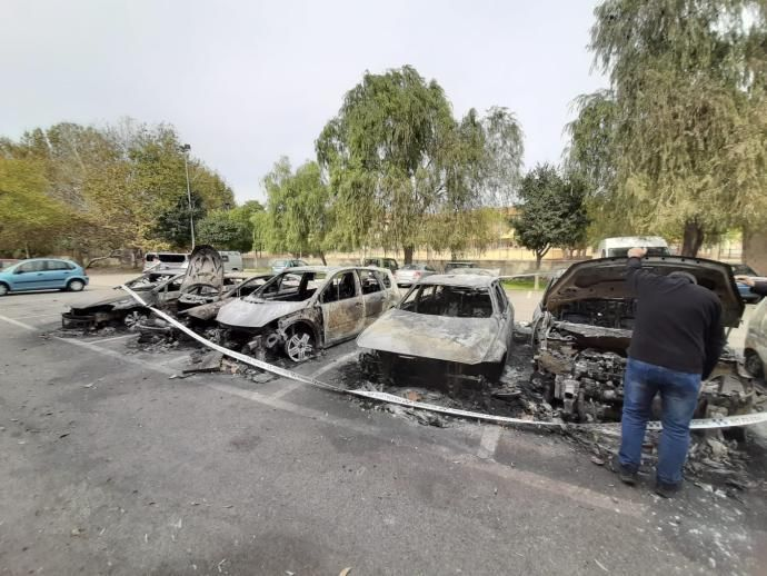 Un incendi ha calcinat sis cotxes aparcat al Gas Vell