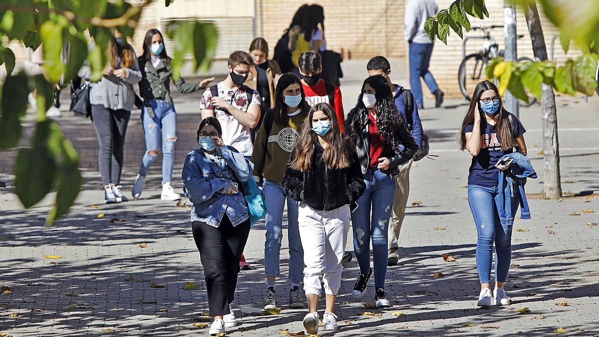 Estudiantes del campus de Tarongers de la UV, donde están las facultades de Derecho y Economía. | LEVANTE-EMV