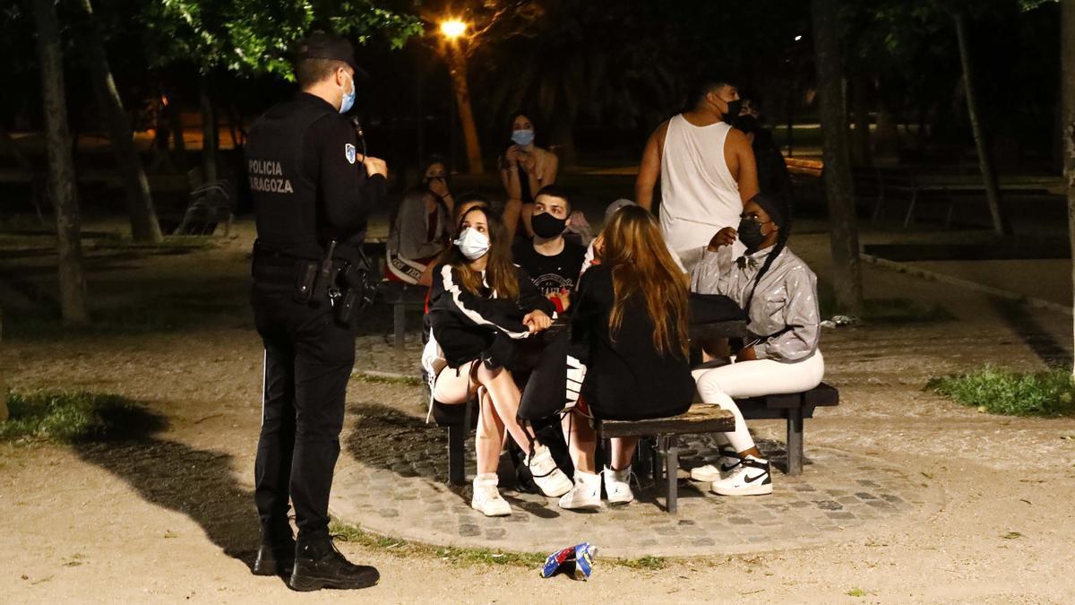 El dispositivo policial de vigilancia, en la medianoche del sábado, en Zaragoza.