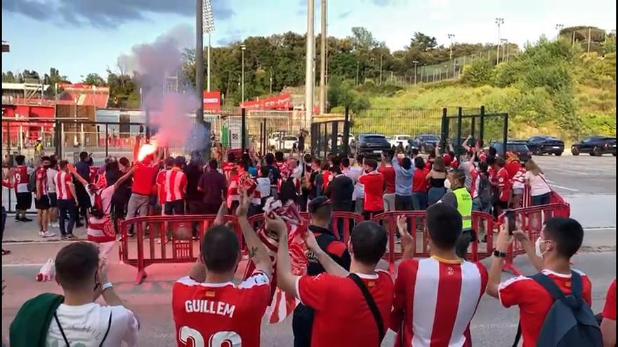 L'afició anima l'arribada dels jugadors del Girona a Montilivi