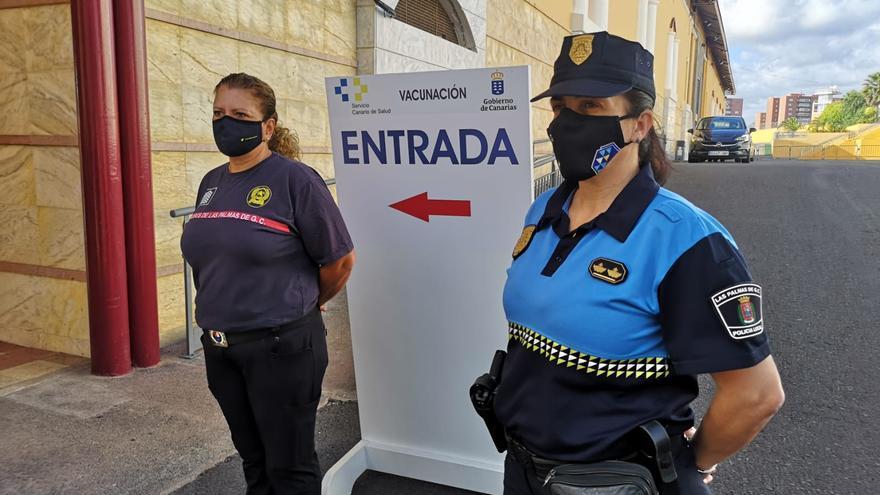Sanidad comienza a vacunar a policías locales y bomberos de la capital grancanaria