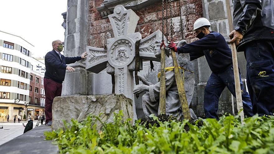 San Juan el Real coloca en sus jardines la cruz y el ángel restaurados