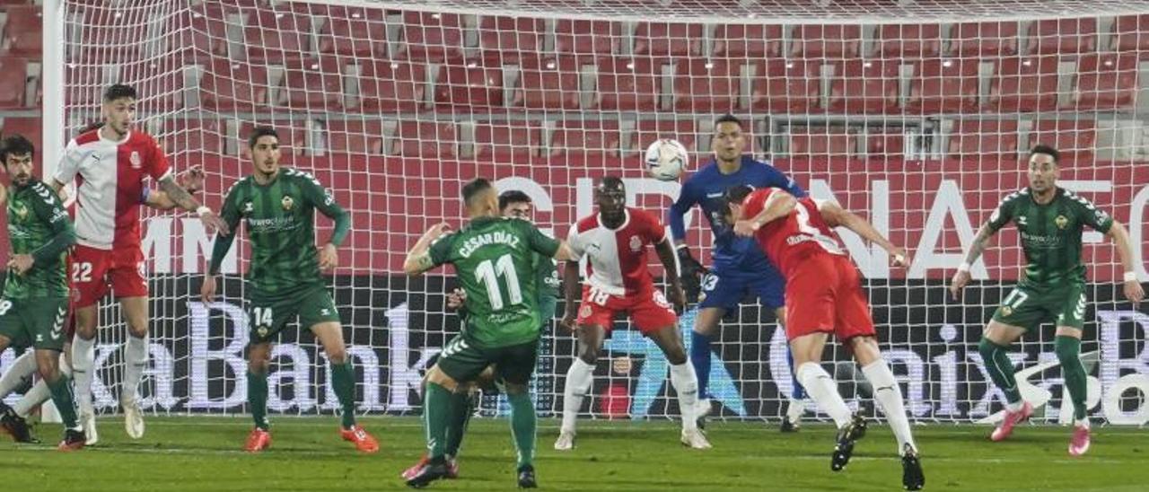 Bernardo marca de cabeza el primer gol del Girona frente al Castellón.