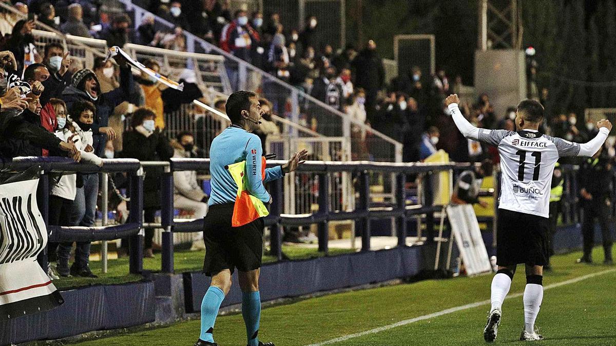 Los jugadores del Buñol celebran el gol con su  público.  efe7manuel bruque