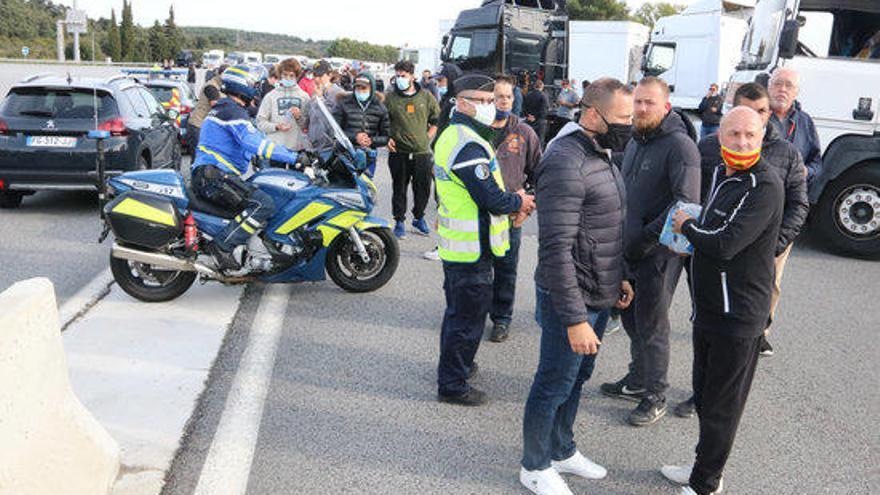 Els firaries bloquegen els accessos al Voló per la suspensió de les fires