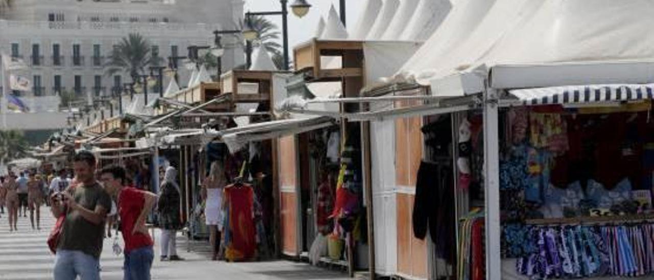 Los vendedores del Paseo Marítimo se rebelan contra el recorte de horarios