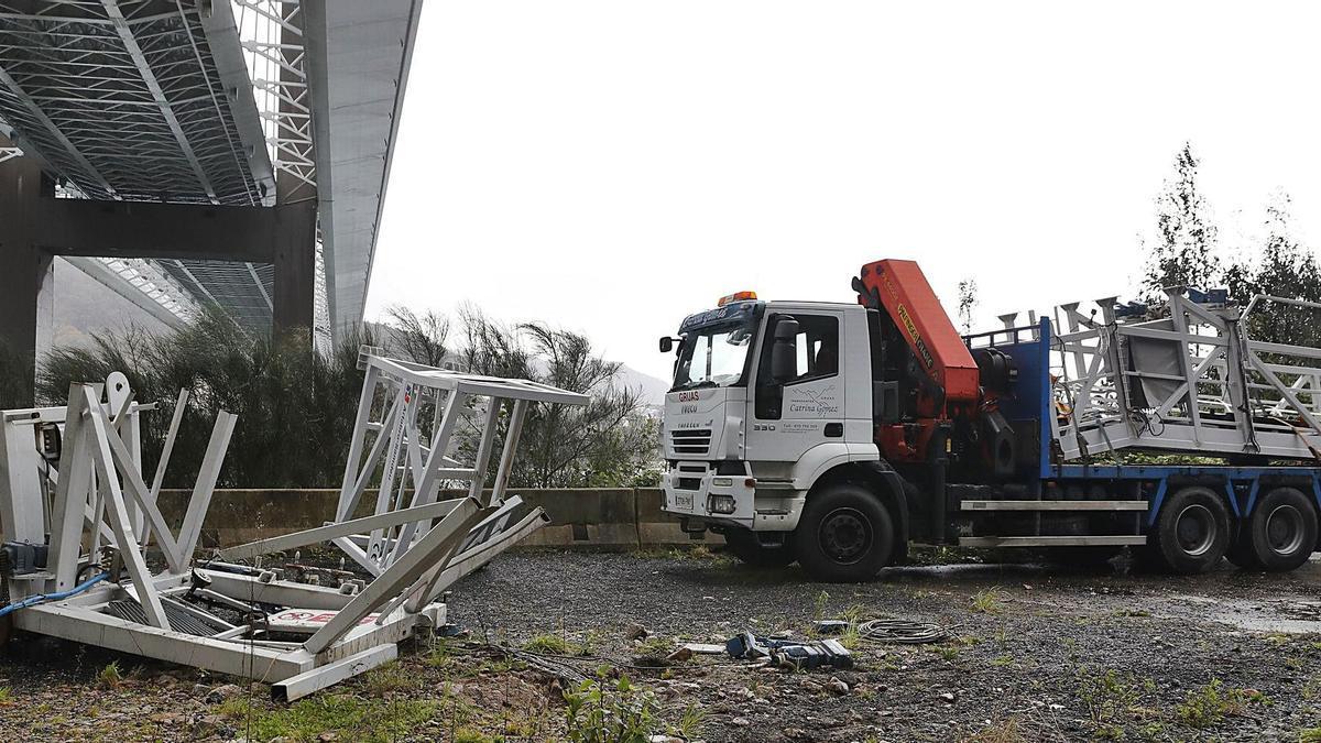 El elevador que el viento arrancó del puente de Rande y que cayó al arcén de la N-554, entre Moaña y Vilaboa. |  // RICARDO     GROBAS