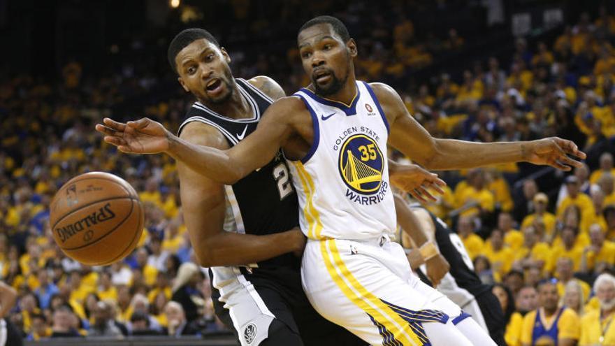 Los Warriors aplastan a los Spurs en el primer partido de los playoffs
