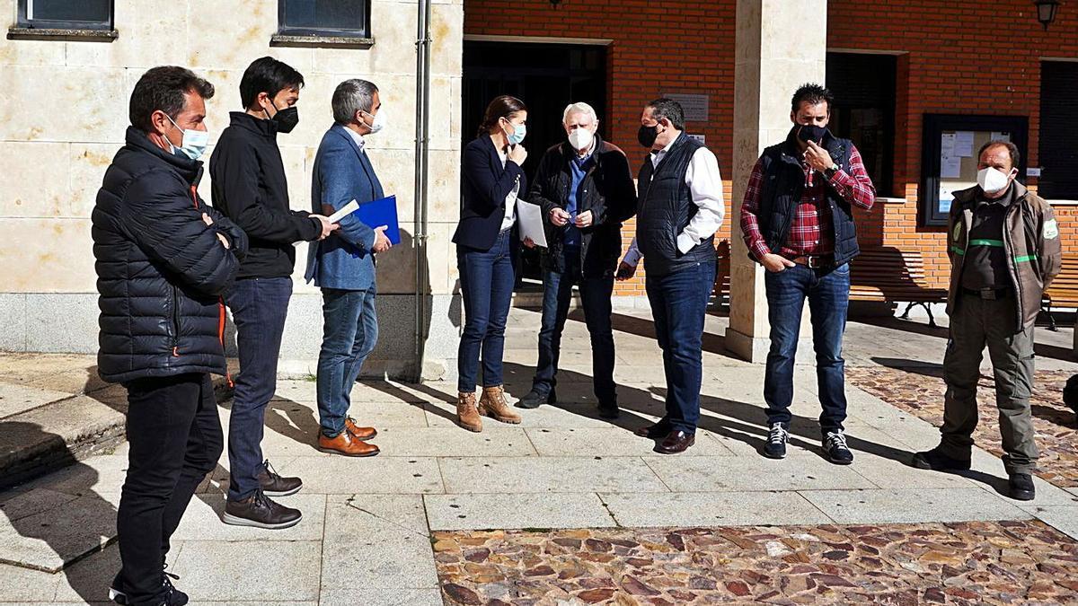 La delegada de la Junta con el alcalde de Alcañices y el diputado de Medio Ambiente, ayer en la villa alistana. | Ch. S.
