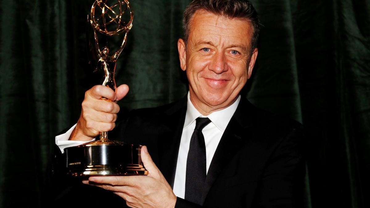 Peter Morgant, amb el premi per a «The Crown»