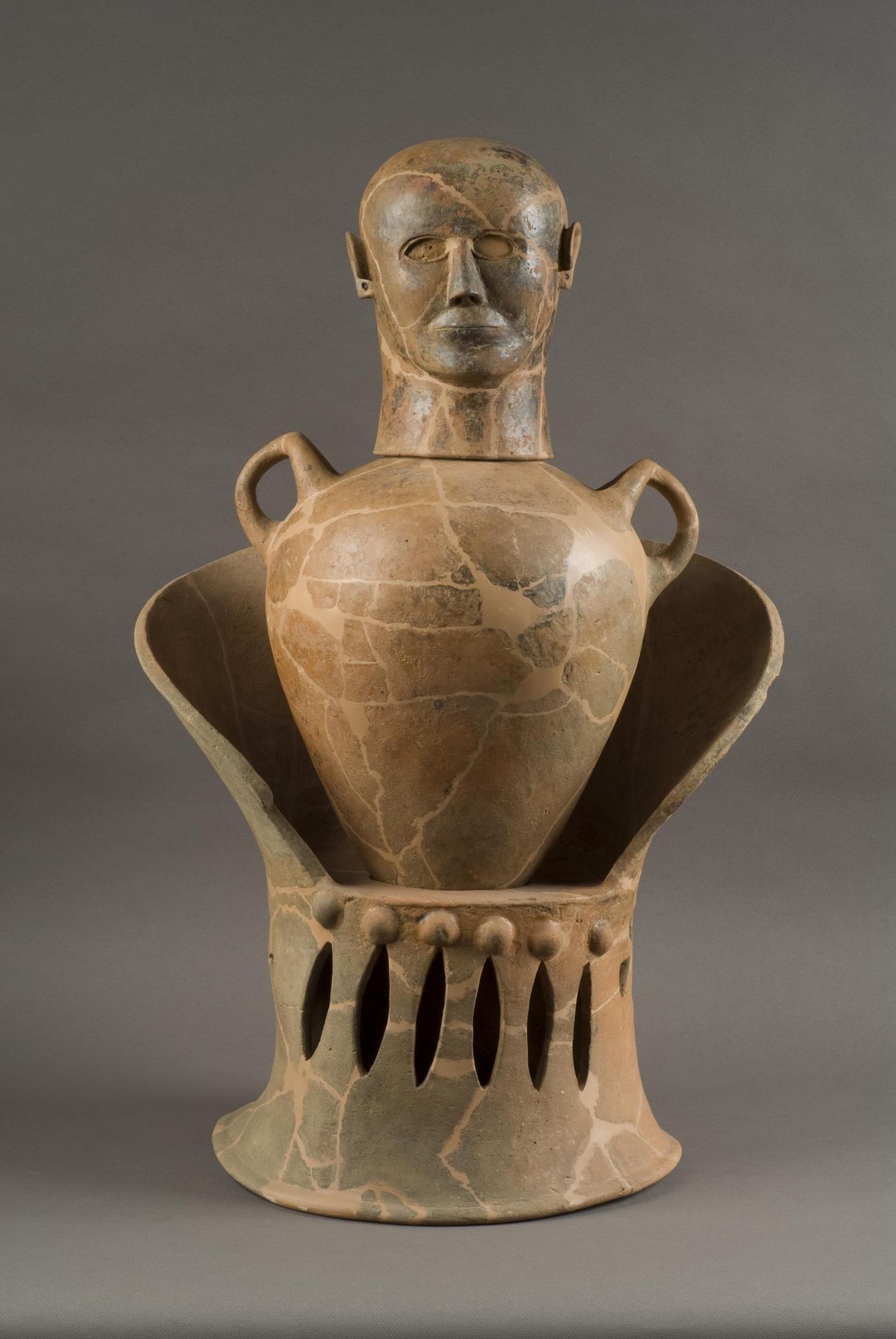 Vaso canope masculino en un trono.jpg