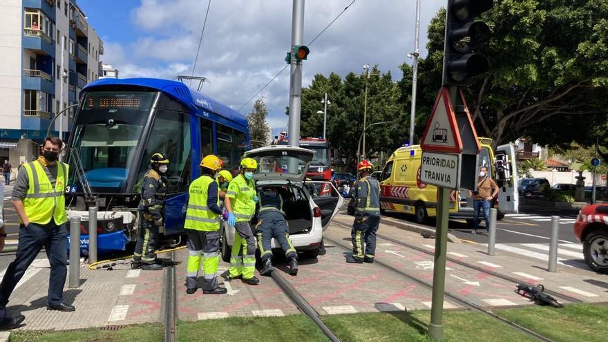 Un turismo colisiona con el tranvía y paraliza el servicio