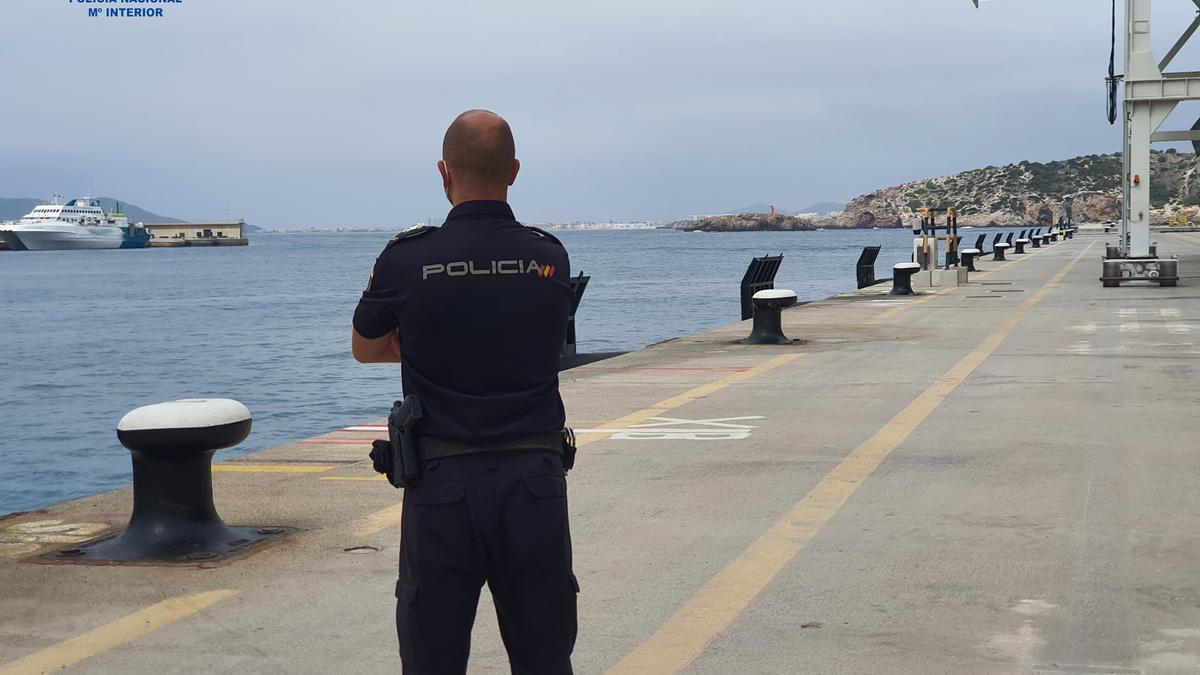 Un agente de Policía, en el puerto de Eivissa.