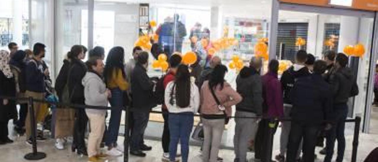 Público esperando para la inauguración de la nueva tienda.