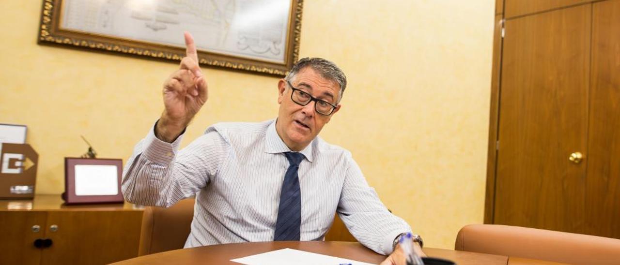 El presidente de la CHS, Mario Urrea, en su despacho de Murcia.