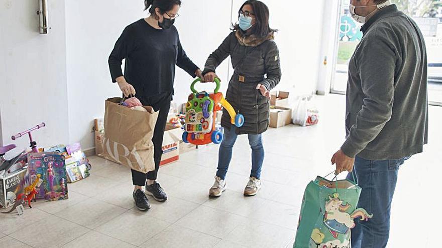Entrega de juguetes y alimentos para Cáritas