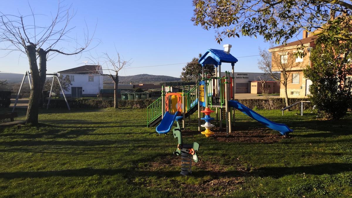 Nuevos juegos instalados en uno de los parques de Tábara