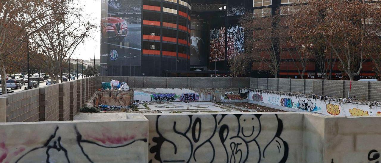 El solar del que fue nuevo ayuntamiento, derribado en 2015, en espera de uso junto al actual campo de Mestalla | M.A.MONTESINOS