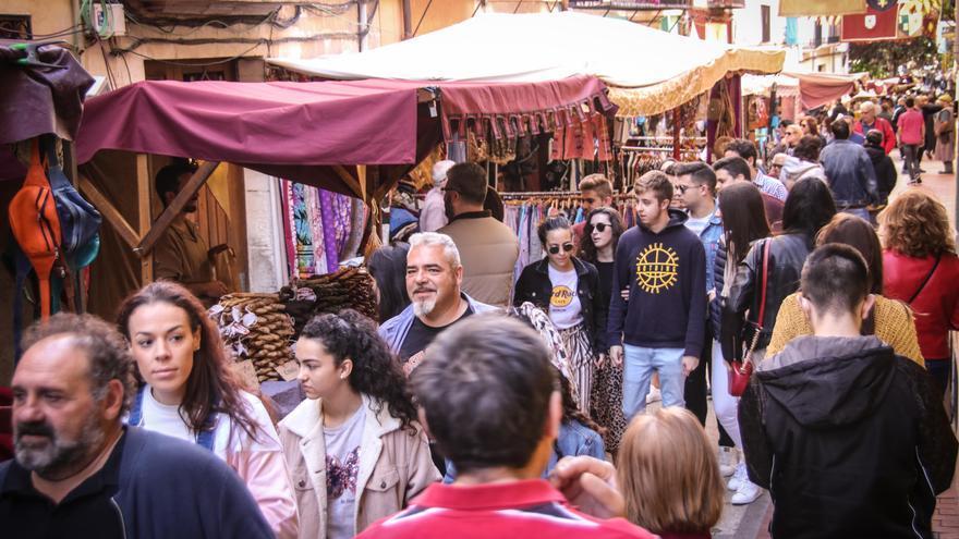 Los comercios de Cocentaina activan su creatividad para el concurso de escaparatismo 'Fira de Tots Sants'