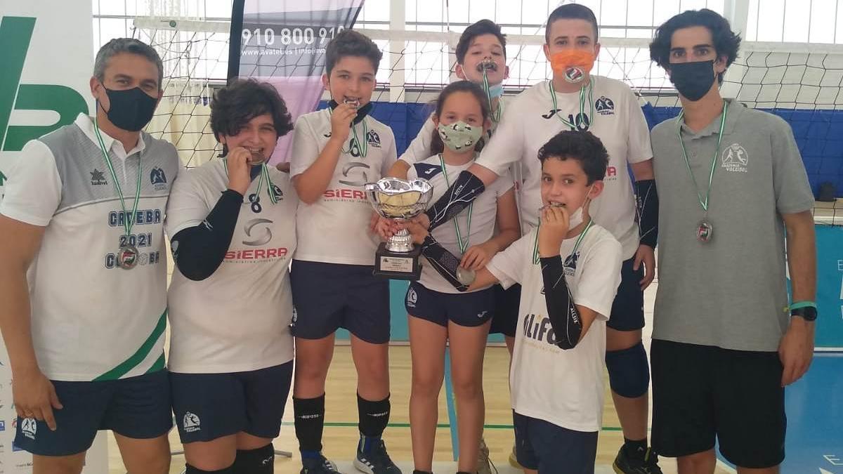 El Academia Voleibol Córdoba celebra la segunda plaza obtenida en el campeonato andaluz promesa.