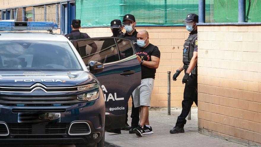 Hallan gallos de pelea, tortugas y drogas en una redada en Lorca