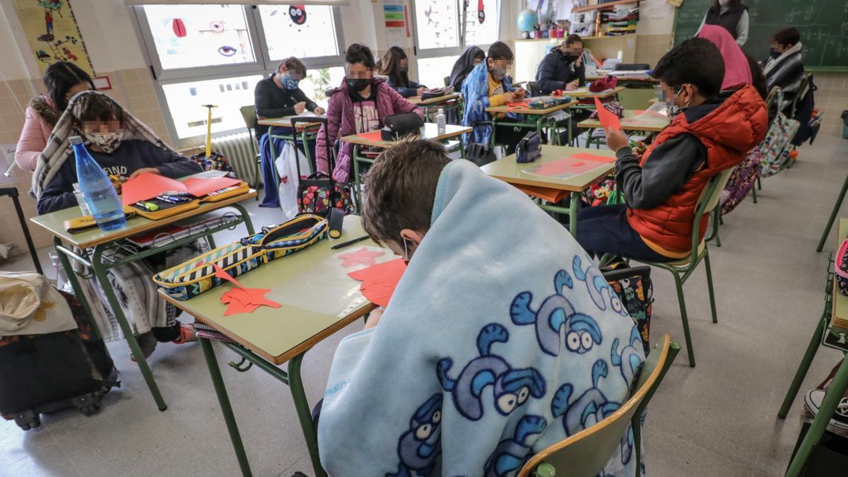 Alumnado con mantas en un centro de Alcoy