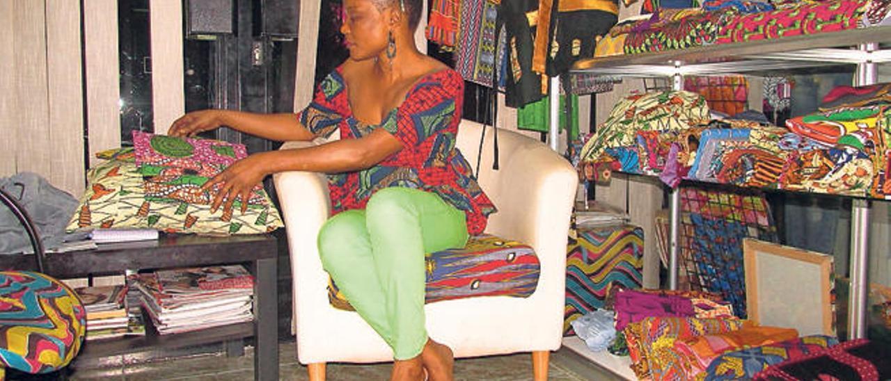 Teresa Villarreal Eñinga, de Africanais, en su establecimiento, junto a algunos de sus diseños.