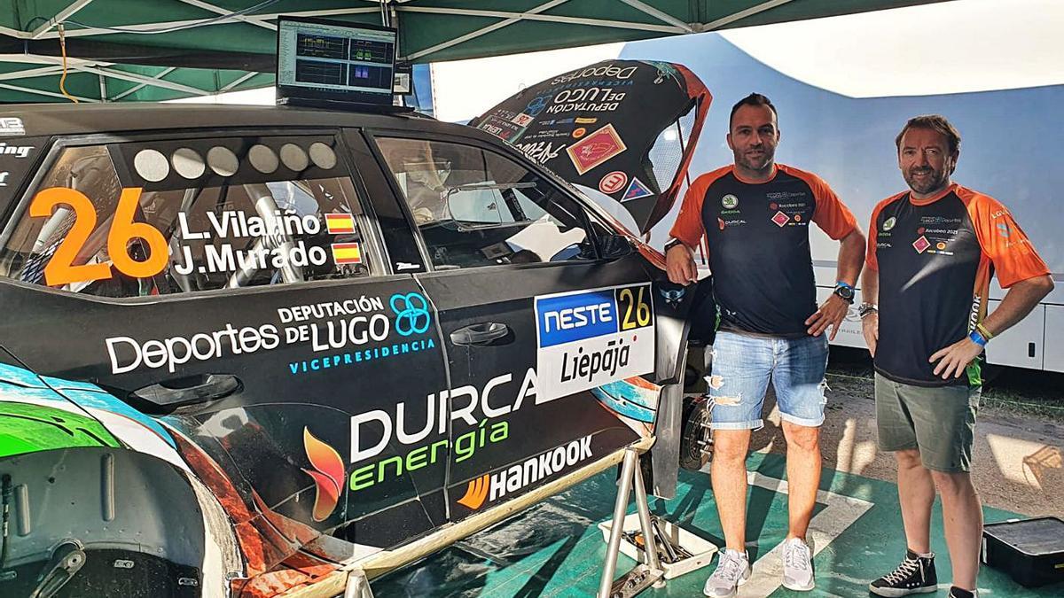 Jose Murado y Luis Vilariño posan junto a su Skoda Fabia R5 EVO 2. |  // TEAM VILARIÑO