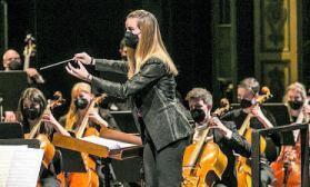 Isabel Rubio, dirigiendo a Oviedo Filarmonía durante el concierto.   I. Collín