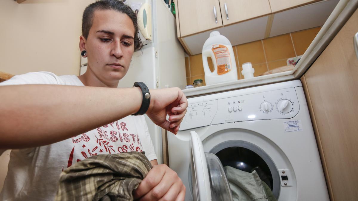 Una vecina de Cáceres calcula la hora a la que tiene que poner la lavadora.