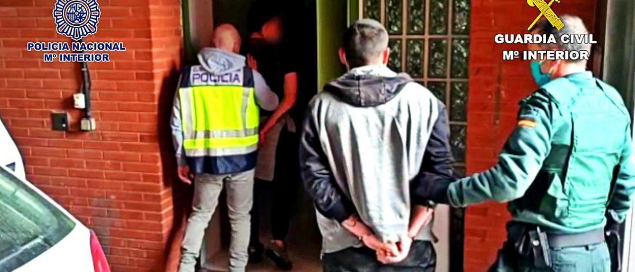 Traslado de dos de los detenidos por los atracos.